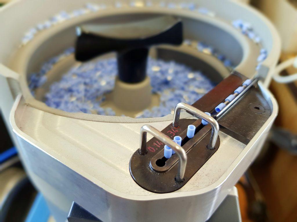Schwingtopf für Aderendhülsen einer vollautomatischen Crimpmaschine